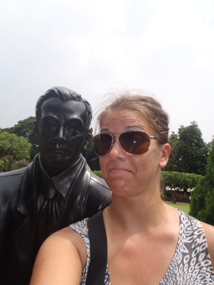 awkward selfie w a statue